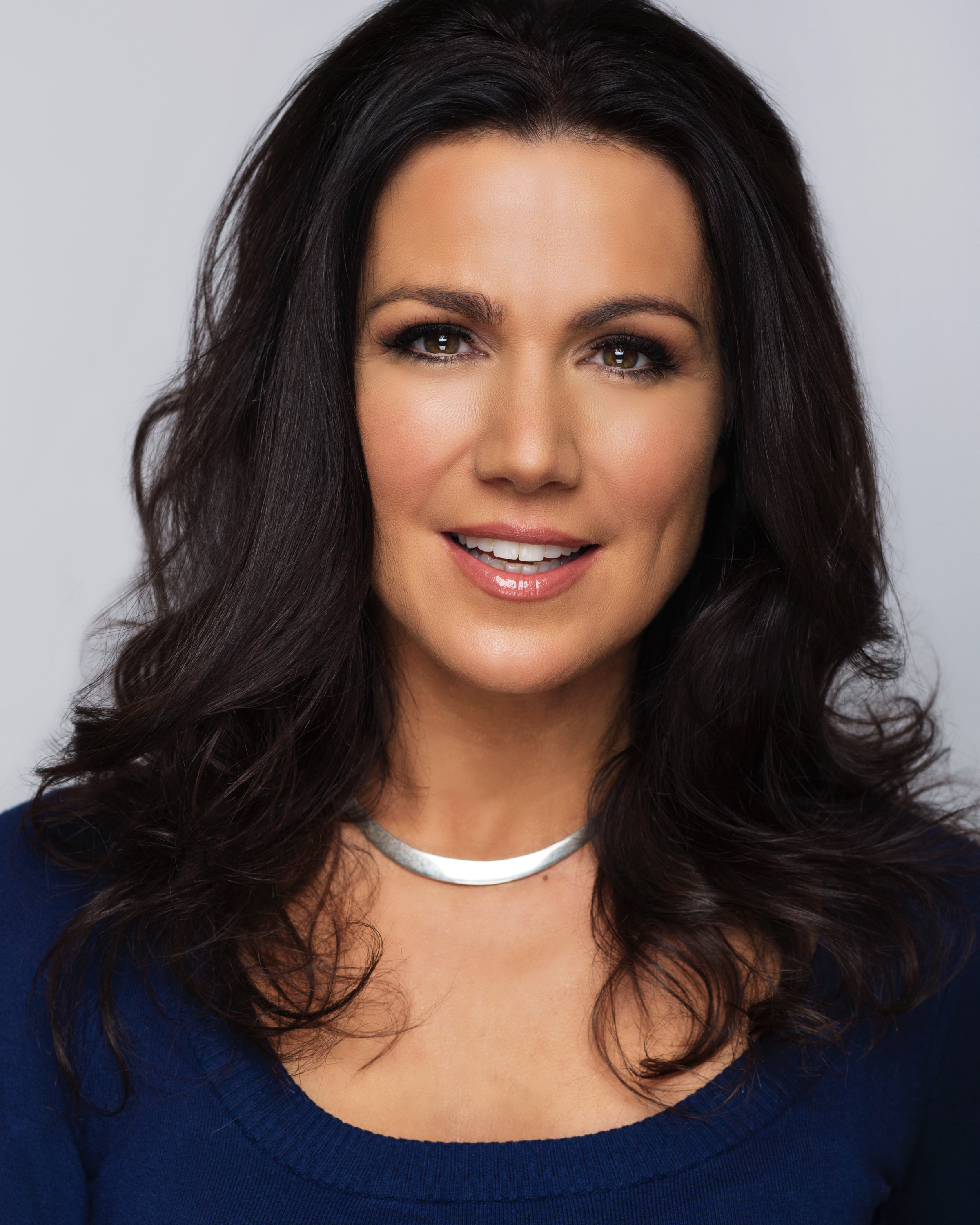 Photo a dark-haired woman smiling